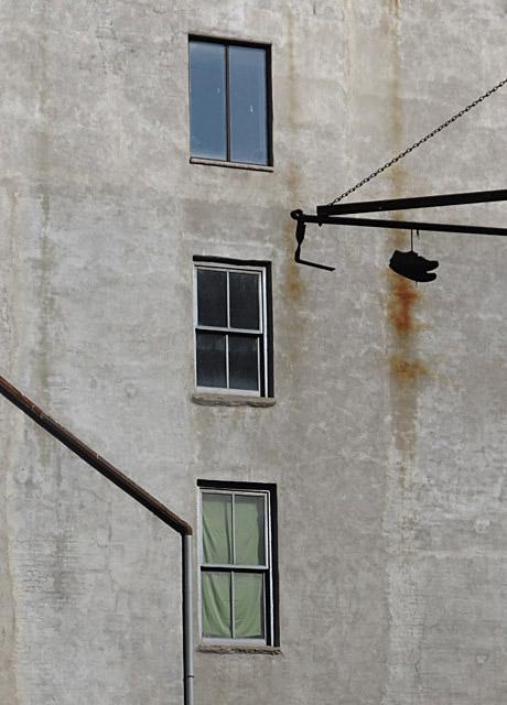 tre in verticale con scarpe